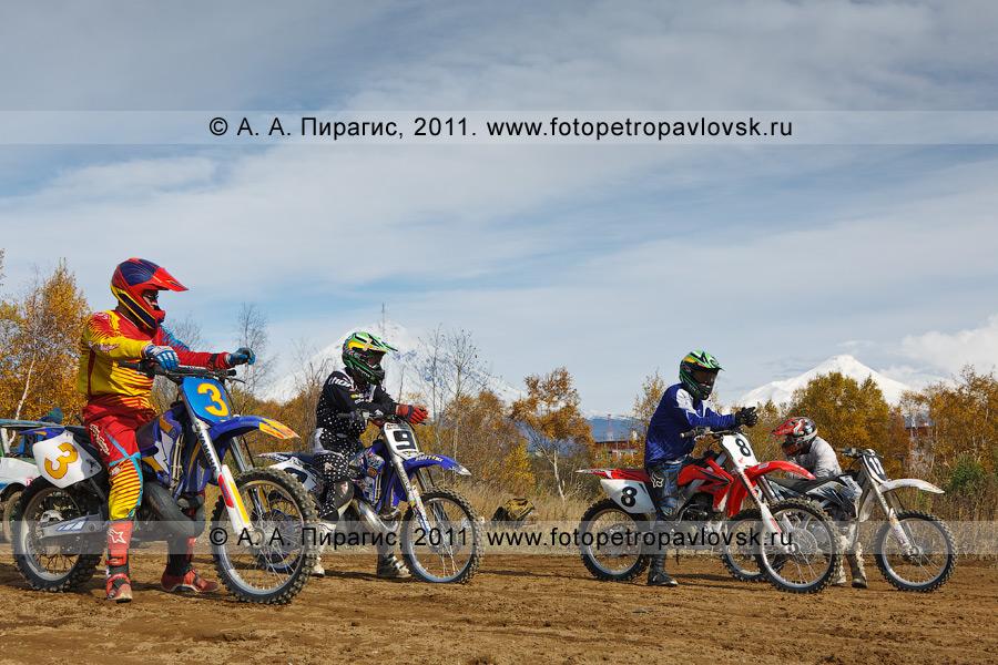 """Фотография: камчатские мотоциклисты на своих """"железных конях"""" перед стартом очередного заезда. Соревнования по мотокроссу в городе Елизово (Камчатка)"""