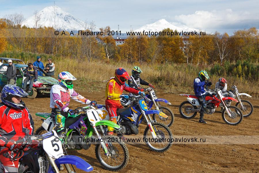 Фотография: мотоциклисты Камчатского края готовятся к старту. Соревнования по мотоциклетному спорту в городе Елизово