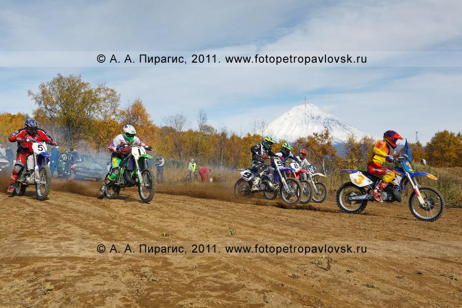 Фотография: старт очередного заезда мотоциклистов. Соревнования по мотоциклетному спорту в городе Елизово (Камчатский край)