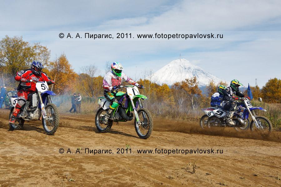 Фотография: момент старта мотокросса. Соревнования по мотоциклетному спорту в городе Елизово Камчатского края