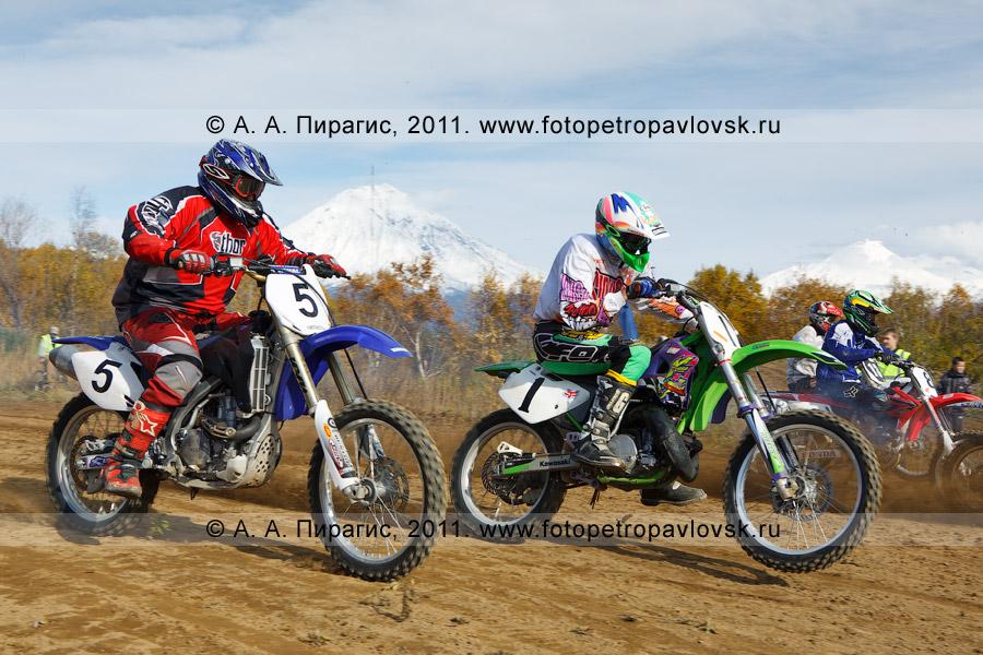 Фотография: борьба камчатских мотоциклистов на старте. Соревнования по мотокроссу в Камчатском крае (город Елизово)