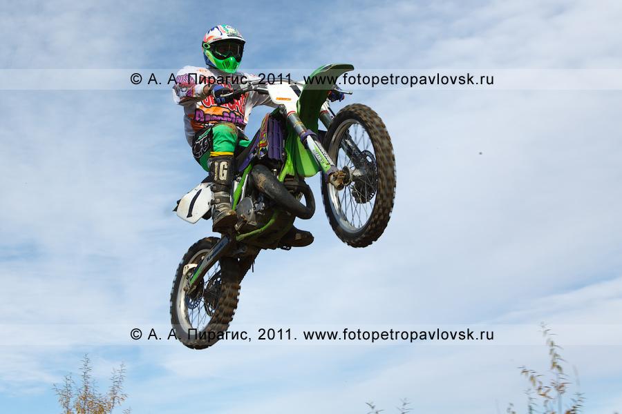 Фотография: прыжок камчатского мотоциклиста с трамплина. Соревнования по мотоциклетному спорту на Камчатке (город Елизово)
