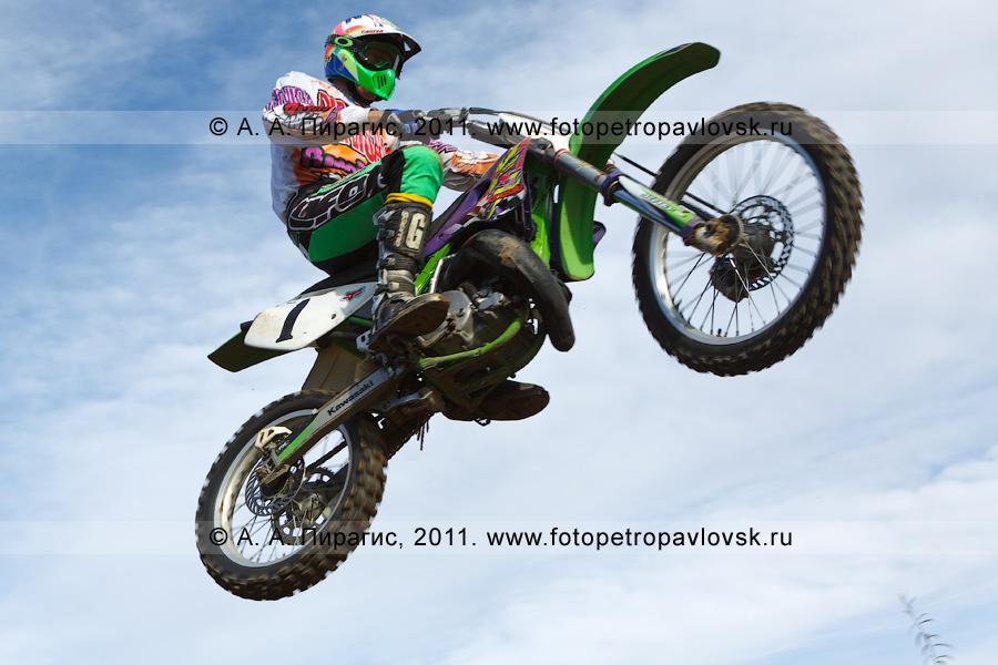 Фотография: полет мотоциклиста в камчатском небе. Автомотоспорт на Камчатке — соревнования по мотокроссу в городе Елизово