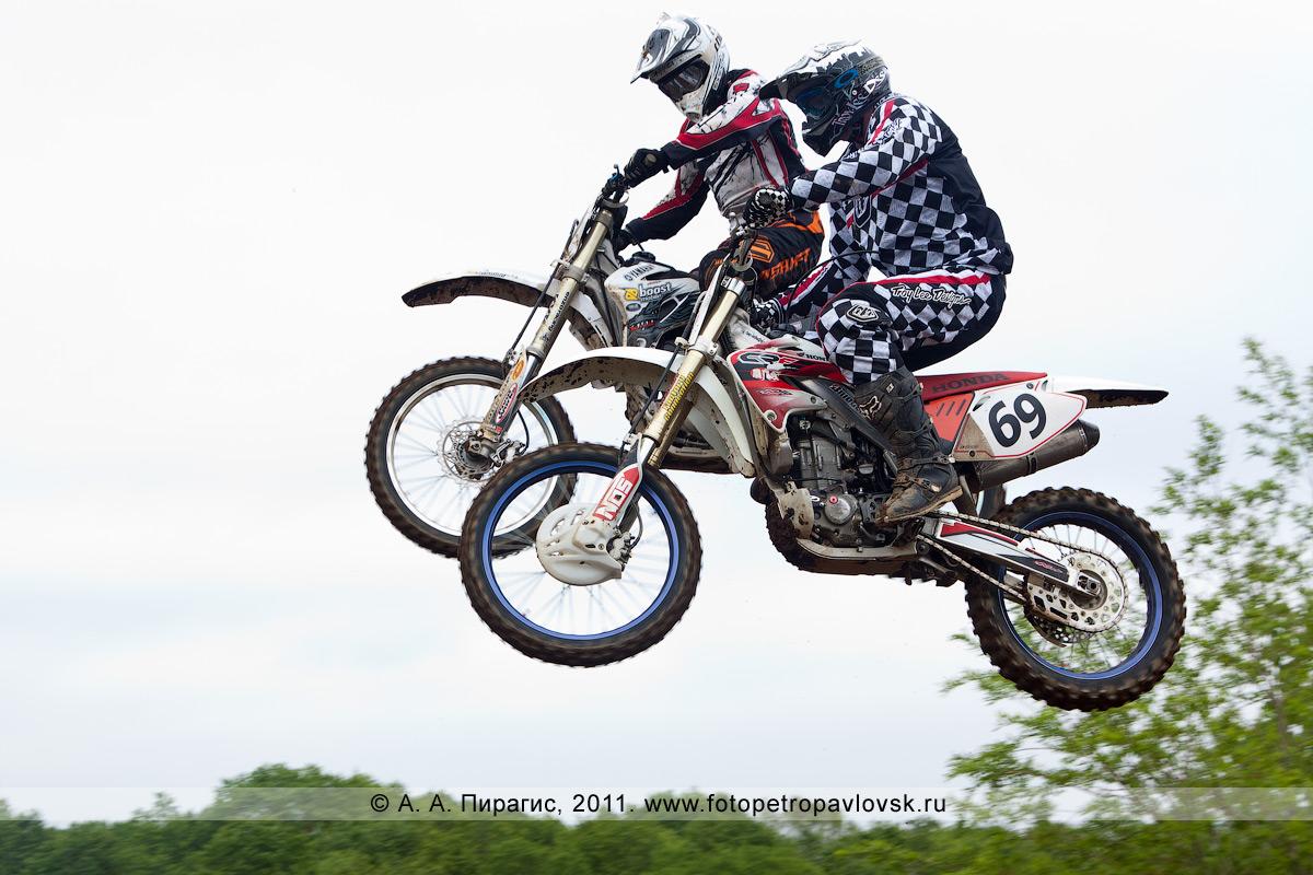 Фотография: полет мотоциклистов с трамплина. Прыжки мотоциклистов с трамплинов — самые зрелищные моменты соревнований по мотокроссу