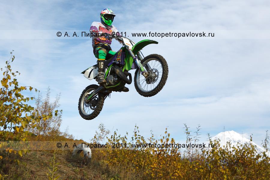 Фотография: полет камчатского мотогонщика с трамплина. Соревнования по мотоциклетному спорту в городе Елизово на Камчатке