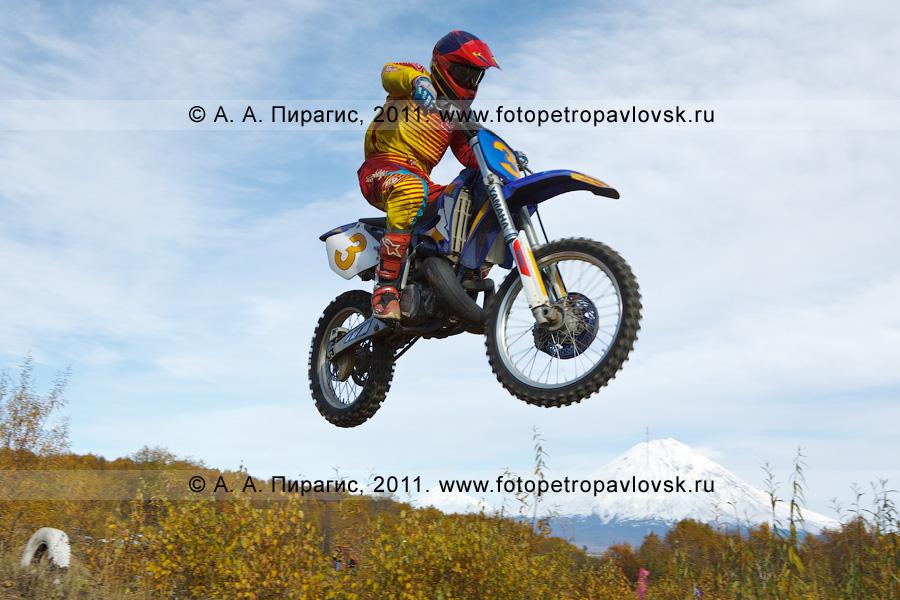 Фотография: камчатский мотогонщик летит с трамплина. Соревнования по мотоциклетному спорту в Камчатском крае (автомототрасса в городе Елизово)