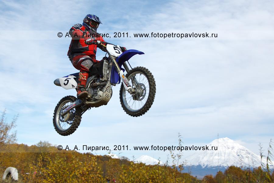 Фотография: полет камчатского мотогонщика с трамплина. Соревнования по мотокроссу в городе Елизово на Камчатке