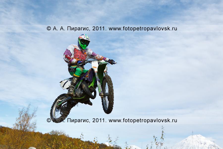 Фотография: прыжок мотоциклиста с трамплина на соревнованиях по мотоциклетному спорту в городе Елизово на Камчатке