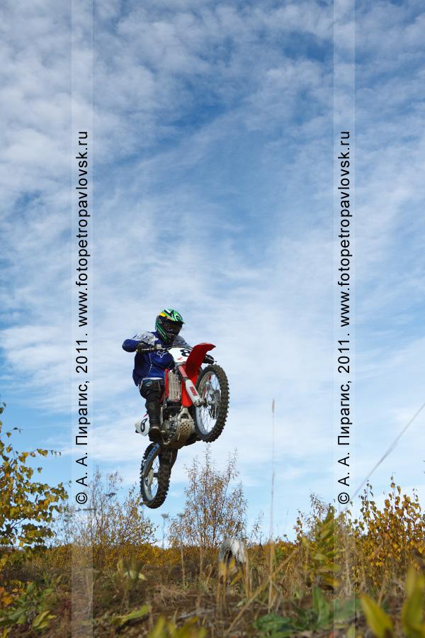 Фотография: взлет мотогонщика в камчатское небо. Автомотоспорт в Камчатском крае — соревнования по мотокроссу в городе Елизово