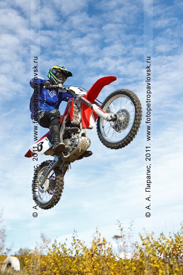 Фотография: мотокросс в Камчатском крае — прыжок мотогонщика с трамплина
