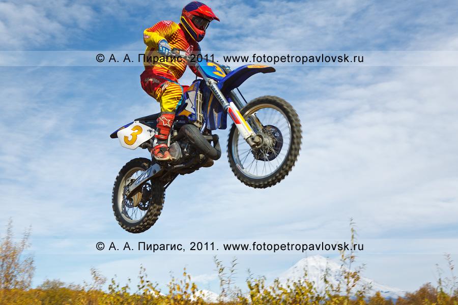 Фотография: прыжок камчатского мотогонщика с трамплина. Соревнования по мотоциклетному спорту в городе Елизово (Камчатский край)