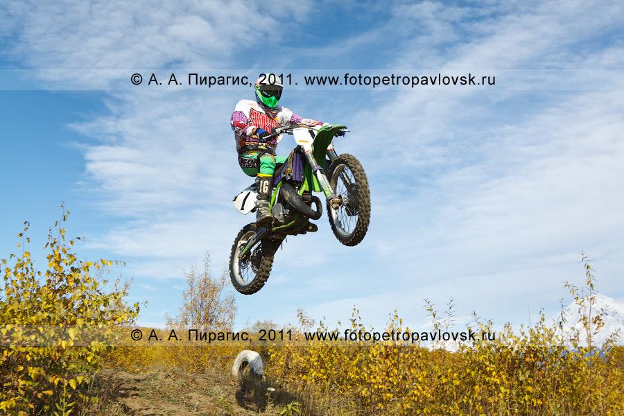 Фотография: прыжок камчатского мотогонщика с трамплина. Соревнования по мотокроссу в городе Елизово (полуостров Камчатка)