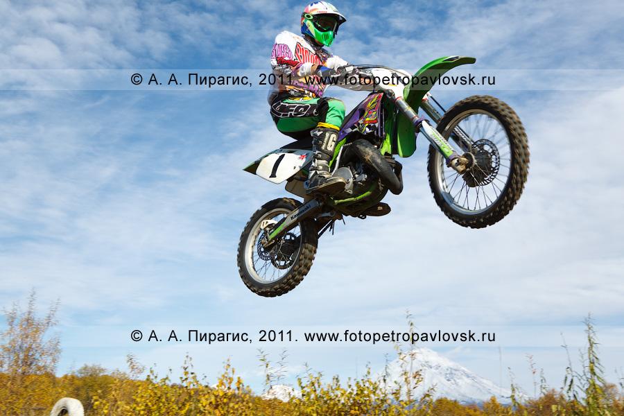 Фотография: прыжок камчатского мотогонщика с трамплина. Соревнования по мотокроссу на трассе в городе Елизово Камчатского края