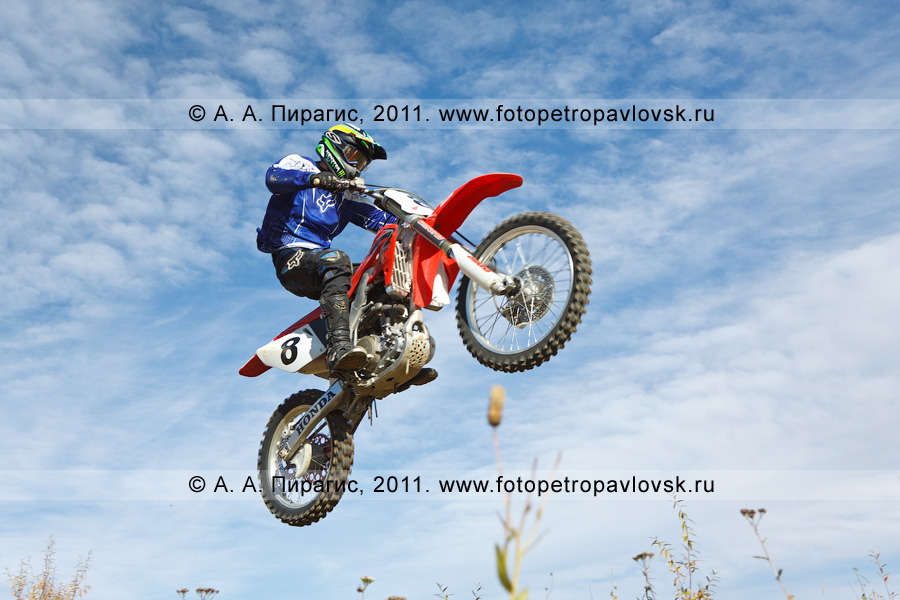 Фотография: прыжок мотогонщика с трамплина на соревнованиях по мотоциклетному спорту в городе Елизово на Камчатке