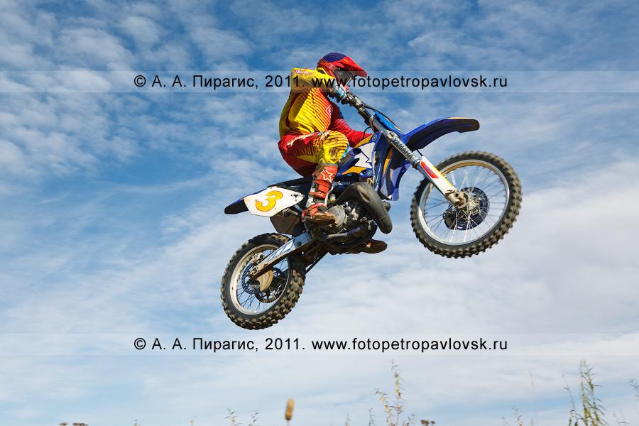 Фотография: полет камчатского мотогонщика с трамплина. Спортивные соревнования по мотокроссу в городе Елизово на Камчатке