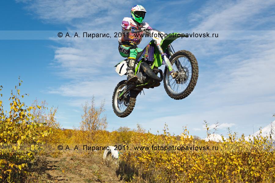 Фотография: прыжок мотогонщика с трамплина на соревнованиях по мотоциклетному спорту в городе Елизово Камчатского края