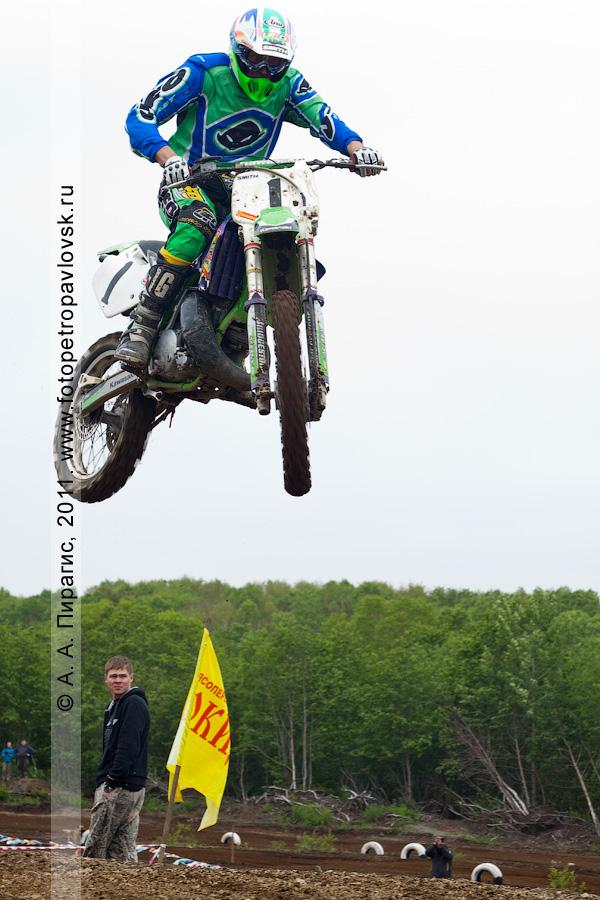Фотография: полет с трамплина на мотоцикле. Спортивные соревнования по мотокроссу в Петропавловске-Камчатском