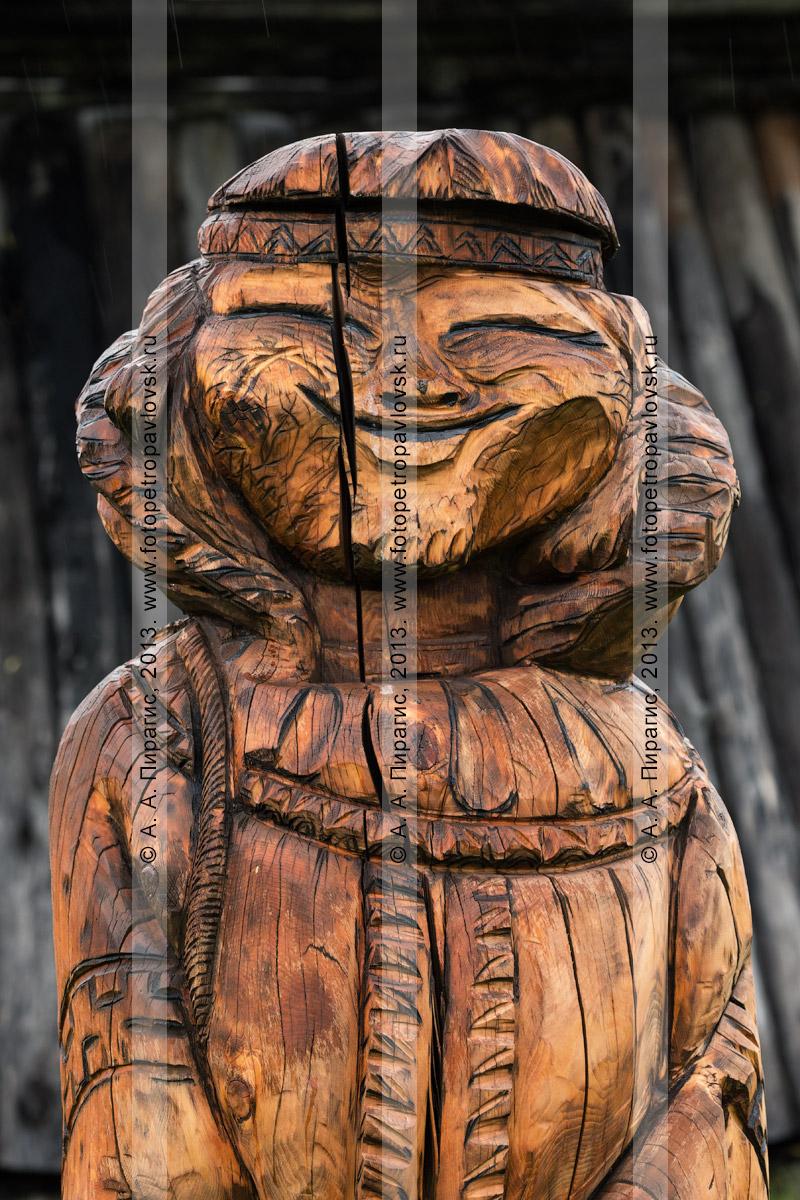Фотография: фрагмент деревянной резной скульптуры на мифологические темы аборигенов Камчатки. Быстринский районный этнографический музей. Село Эссо, Быстринский район, Камчатский край