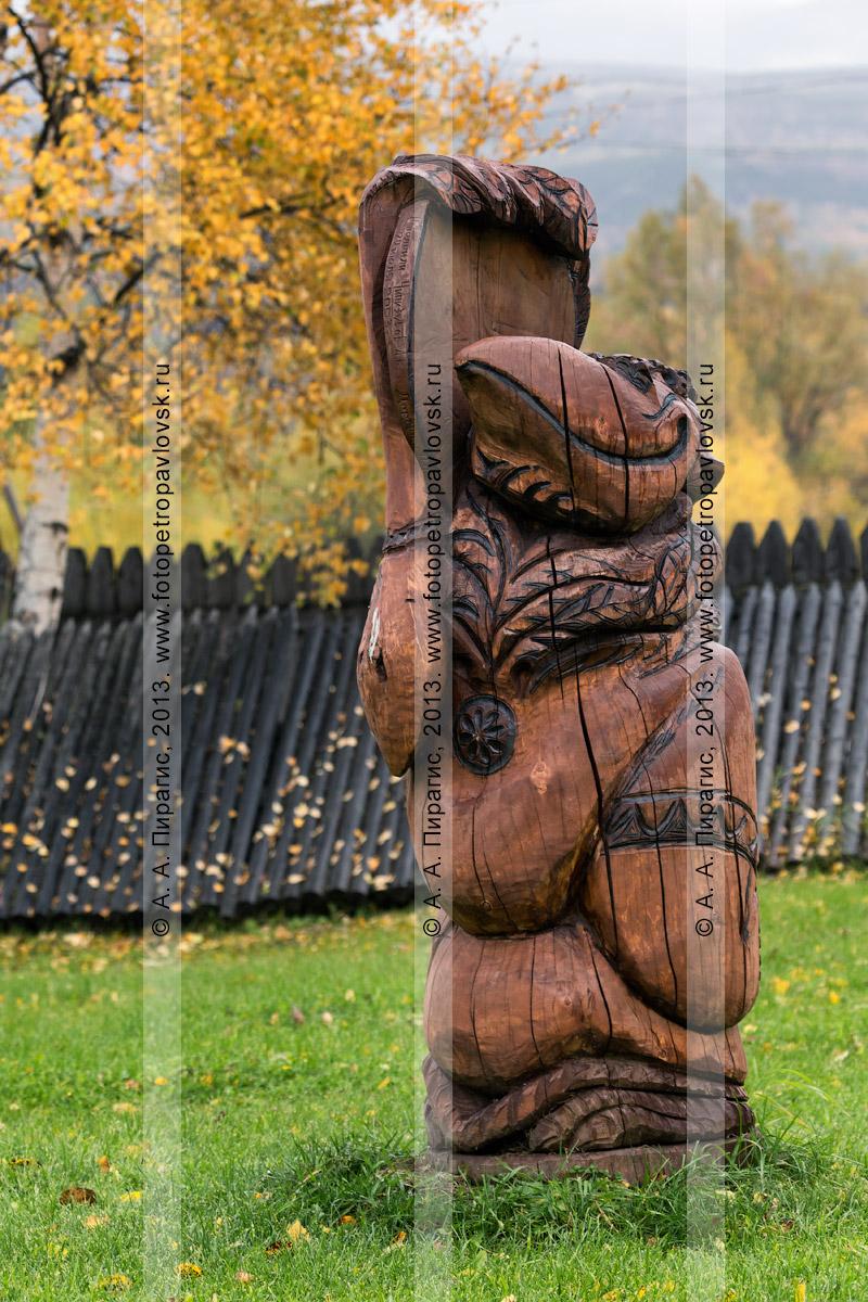 Фотография: деревянная резная скульптура под открытым небом на мифологические темы аборигенов Камчатки. Быстринский районный этнографический музей. Село Эссо, Быстринский район, Камчатский край