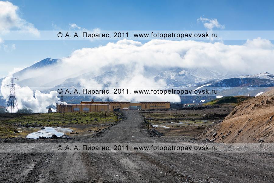 Фотография: Мутновская геотермальная электростанция (Мутновская ГеоЭС) на фоне Мутновского вулкана. Камчатский край