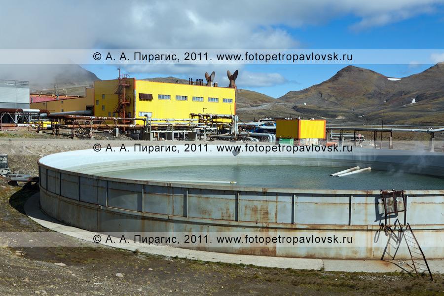 Фотография: здание электростанции и бассейн для сбора отработанной термальной воды. Мутновская геотермальная электростанция (Мутновская ГеоЭС). Полуостров Камчатка