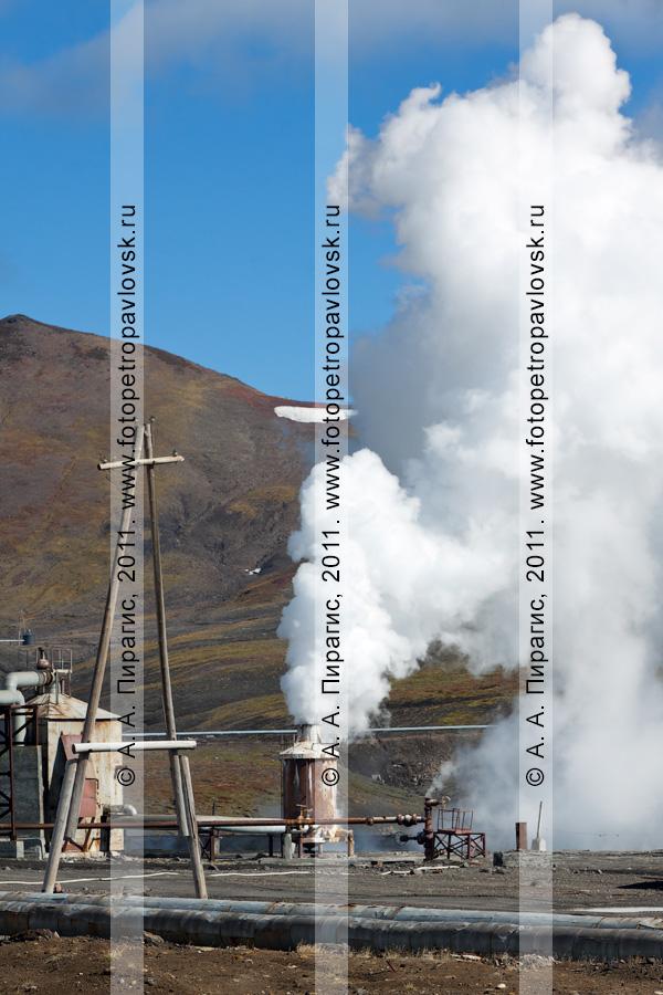 Фотография: выброс термальной воды и пара из скважины. Мутновская геотермальная электростанция (Мутновская ГеоЭС). Камчатский край