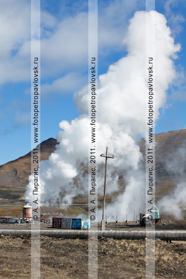 Фотография: выброс термальной воды и пара из скважины. Мутновская геотермальная электростанция. Полуостров Камчатка