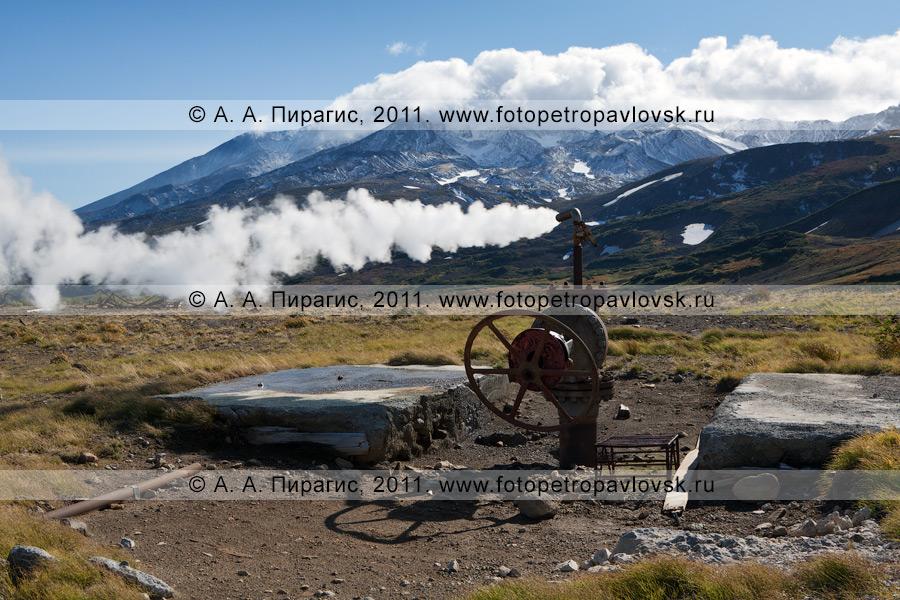 Фотография: выброс термальной воды и пара из скважины. Мутновское геотермальное месторождение. Полуостров Камчатка