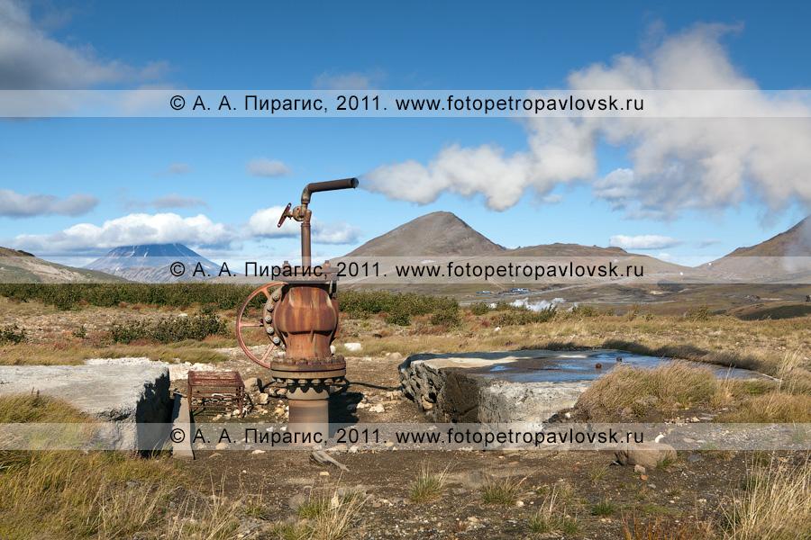 Фотография: Мутновское геотермальное месторождение на Камчатке. Выброс термальной воды и пара из скважины