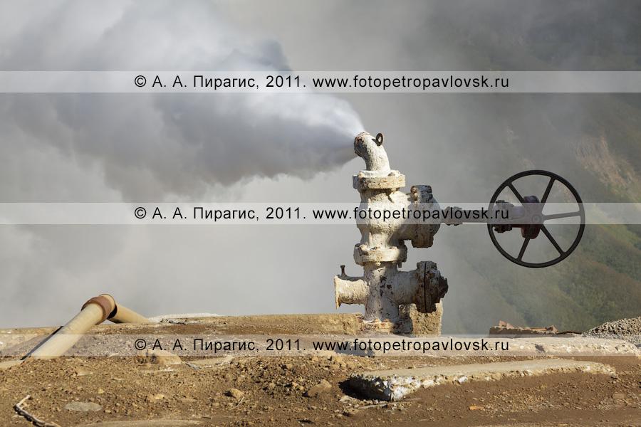 Фотография: выброс термальной воды и пара из скважины. Мутновское геотермальное месторождение (полуостров Камчатка)