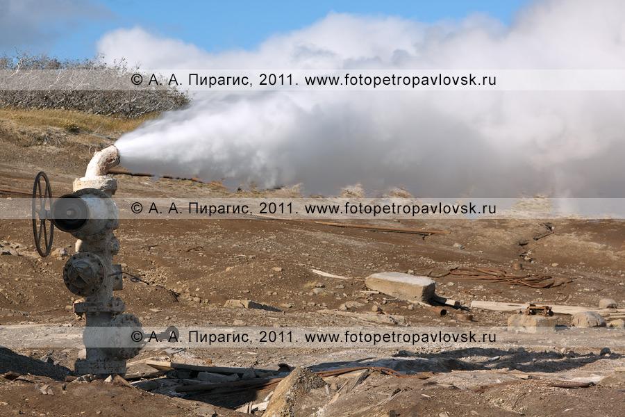 Фотография: выброс термальной воды и пара из скважины. Мутновское месторождение парогидротерм. Полуостров Камчатка
