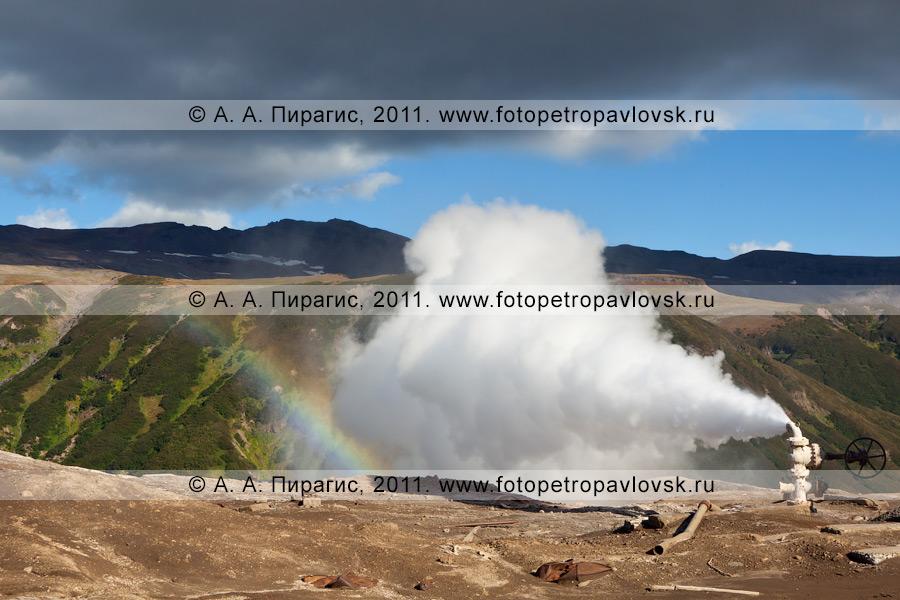 Фотография: Мутновское месторождение парогидротерм на Камчатке. Выброс термальной воды и пара из скважины