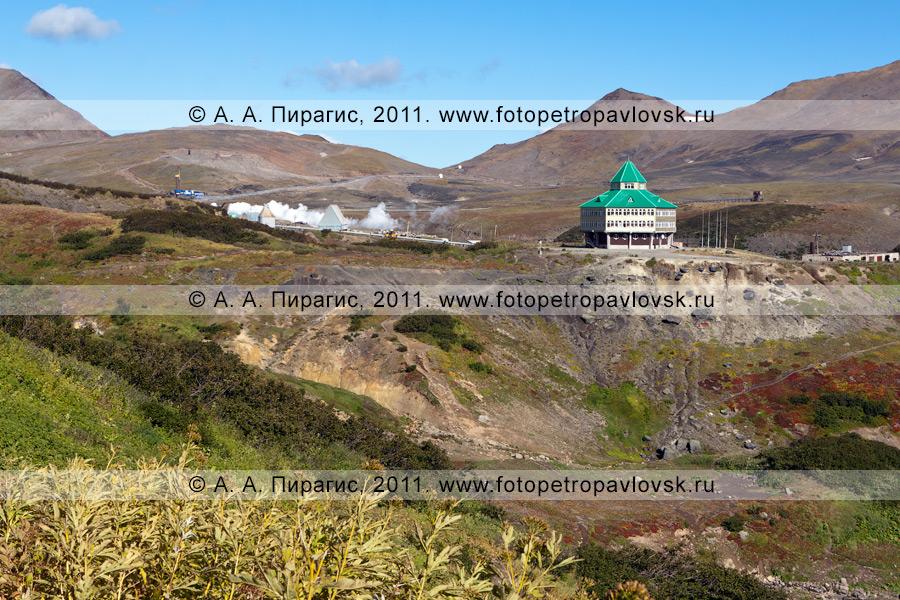 Фотография: Мутновская геотермальная электростанция на Камчатке. Справа на фотографии: здание гостиницы