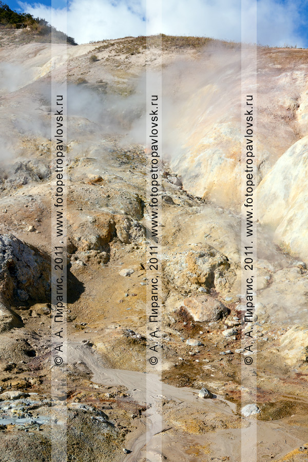 Фотография: обнажение породы. Дачные термальные источники на Камчатке, Активная группа Дачных термальных источников