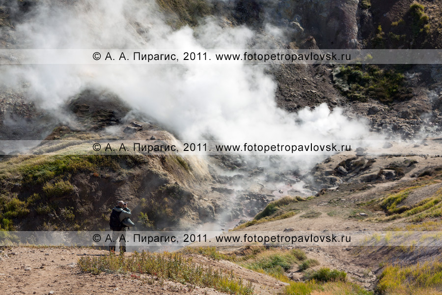 Фотография: термопроявления в виде паровых струй, кипящих котлов и горячих источников. Активная группа Дачных термальных источников на полуострове Камчатка