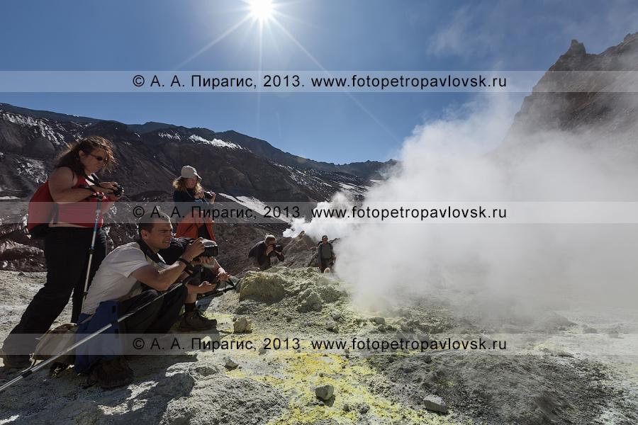 Фотография: туристы фотографируют на фумарольном поле в кратере Мутновского вулкана (Mutnovsky Volcano) на полуострове Камчатка