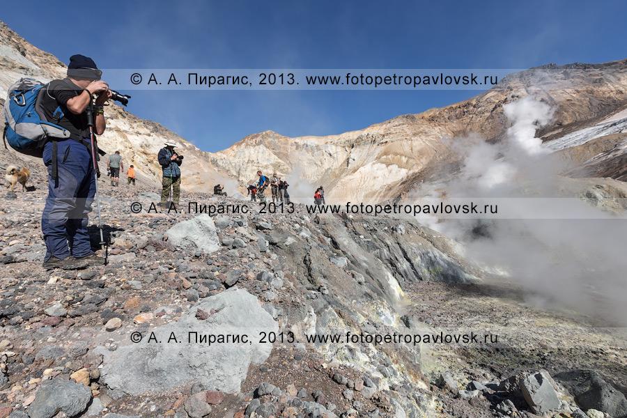 Фотография: группа туристов фотографирует в кратере Мутновского вулкана (Mutnovsky Volcano) на Камчатке
