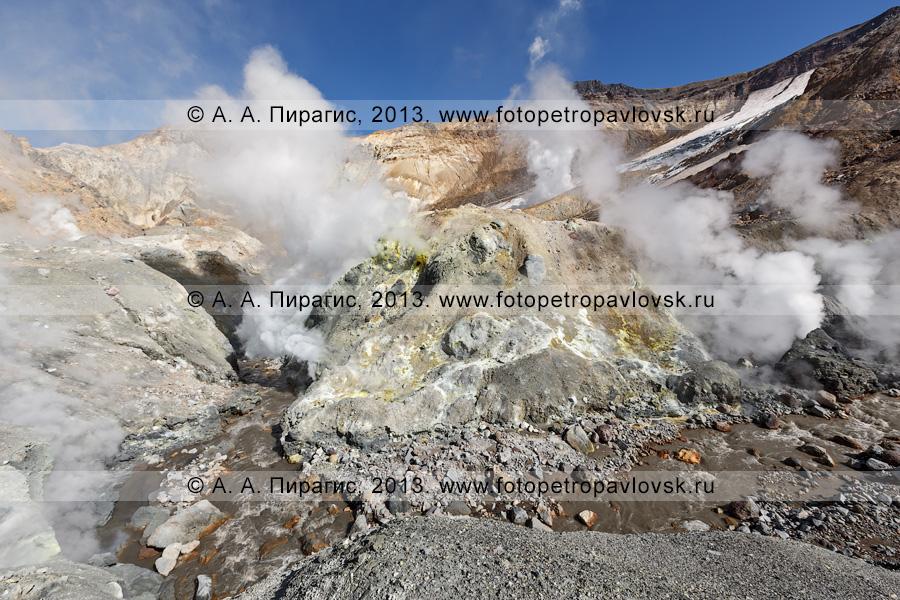Фотография: Мутновский вулкан (Mutnovsky Volcano), река Вулканная, фумарольная активность в кратере камчатского вулкана