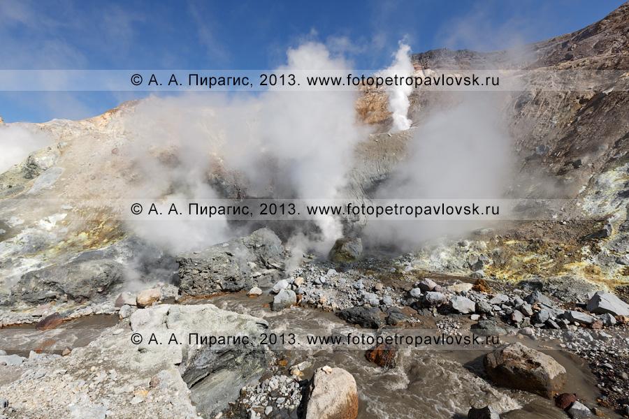 Фотография: река Вулканная в кратере Мутновского вулкана (Mutnovsky Volcano); фумарольная активность камчатского вулкана — выбросы пара и газа