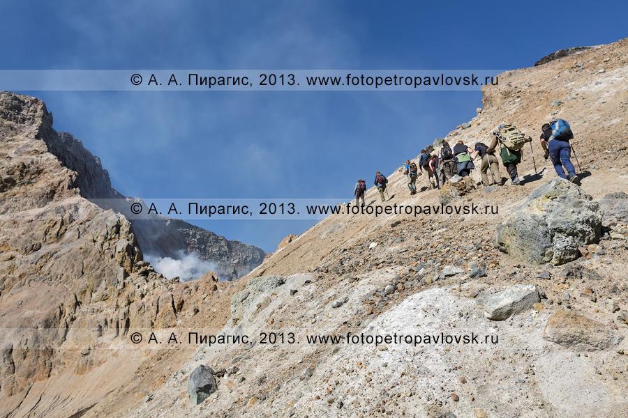 Фотография: туристы поднимаются к Активной воронке в кратере Мутновского вулкана (Mutnovsky Volcano) на Камчатке