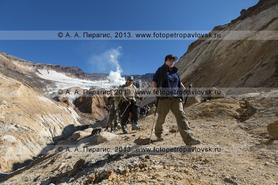 Фотография: туристы идут в кальдерно-кратерной зоне Мутновского вулкана (Mutnovsky Volcano) на полуострове Камчатка