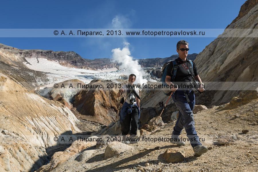 Фотография: туристы-фотографы идут в кальдерно-кратерной зоне активного вулкана Мутновская сопка (Mutnovskaya Sopka) на Камчатке