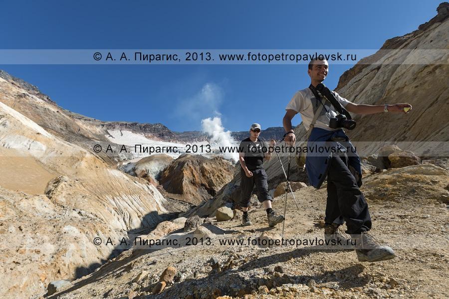 Фотография: туристы идут в кальдерно-кратерной зоне действующего вулкана Мутновская сопка (Mutnovskaya Sopka) на полуострове Камчатка