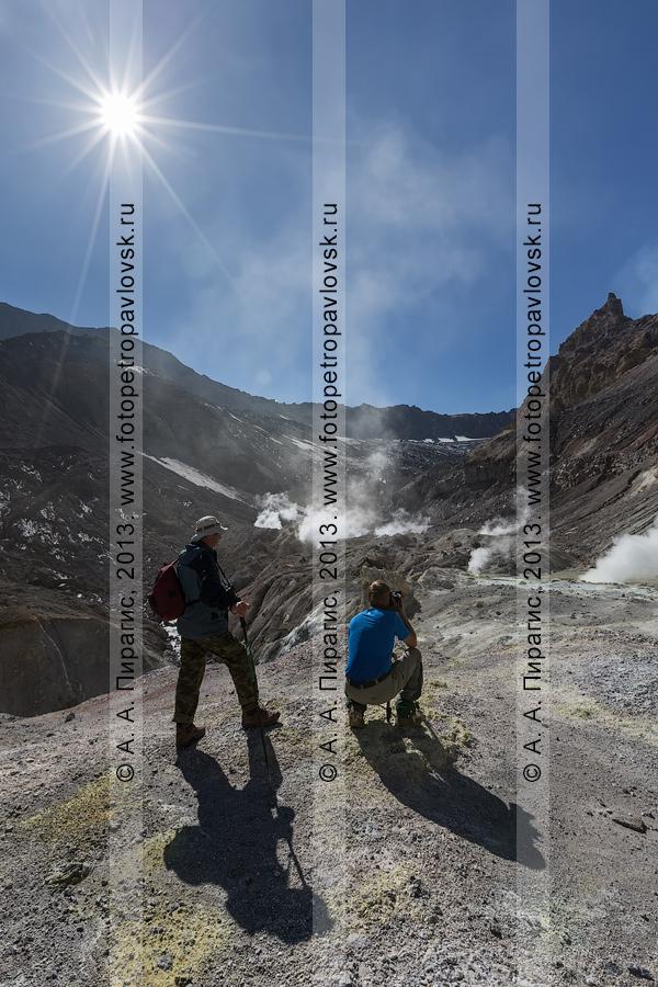 Фотография: туристы в кратере Мутновского вулкана (Mutnovsky Volcano) — активного вулкана на полуострове Камчатка