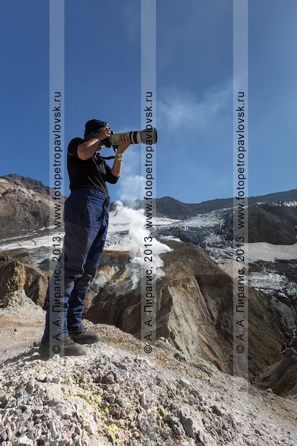 Фотография: девушка-турист фотографирует в кратере Мутновского вулкана (Mutnovsky Volcano) на Камчатке