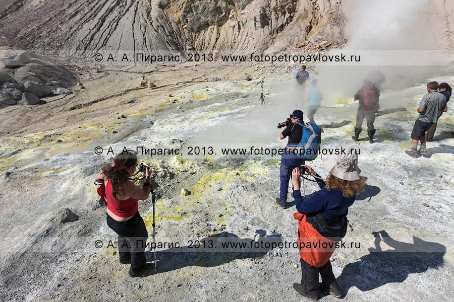 Фотография: туристы фотографируют серный котел. Фумарольное поле в кратере Мутновского вулкана (Mutnovsky Volcano) на полуострове Камчатка