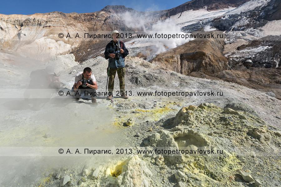Фотография: туристы фотографирюет серные котлы на фумарольном поле в кратере Мутновского вулкана (Mutnovsky Volcano) на Камчатке