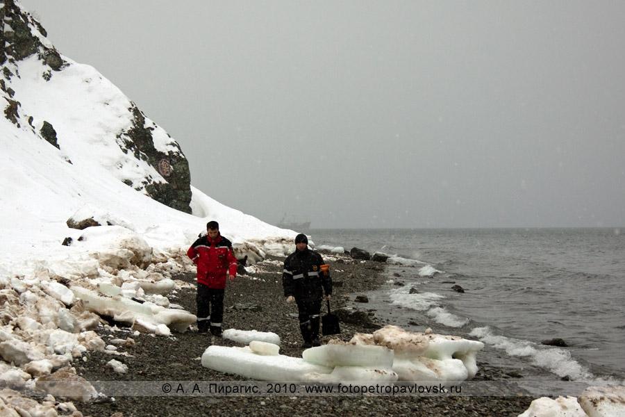 Фотография: сотрудники МЧС Камчатского края на месте выброса нефтепродуктов на берег Авачинской губы