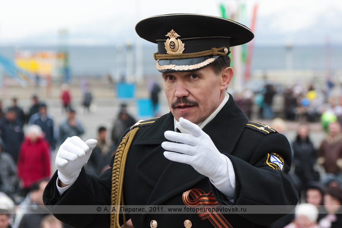 Фотография: капитан II ранга Павел Тычина — дирижер оркестра Войск и Сил на северо-востоке России