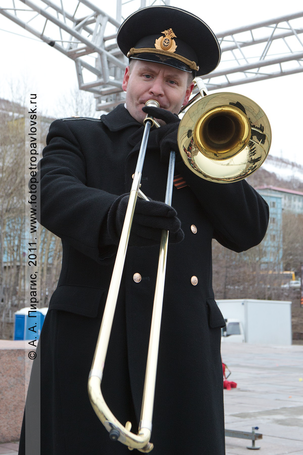 Фотография: музыкант оркестра Войск и Сил на северо-востоке России. 9 Мая — День Победы